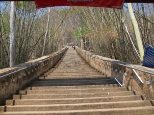Schody vedoucí do jeskyně Erawan jsou náročné