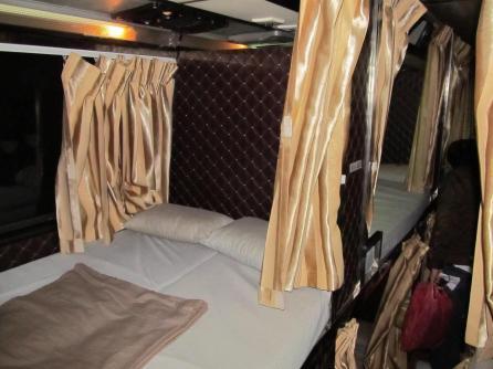 Kambodža - spací autobus - kóje na spaní