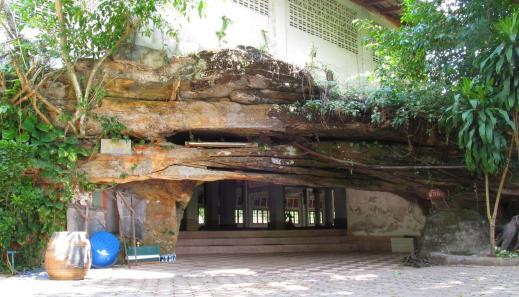 Wat Tham Puang - skalní vstup do Vihanu