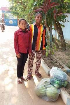 Nicol s maminkou před branou věznice na návštěvě Wendiho