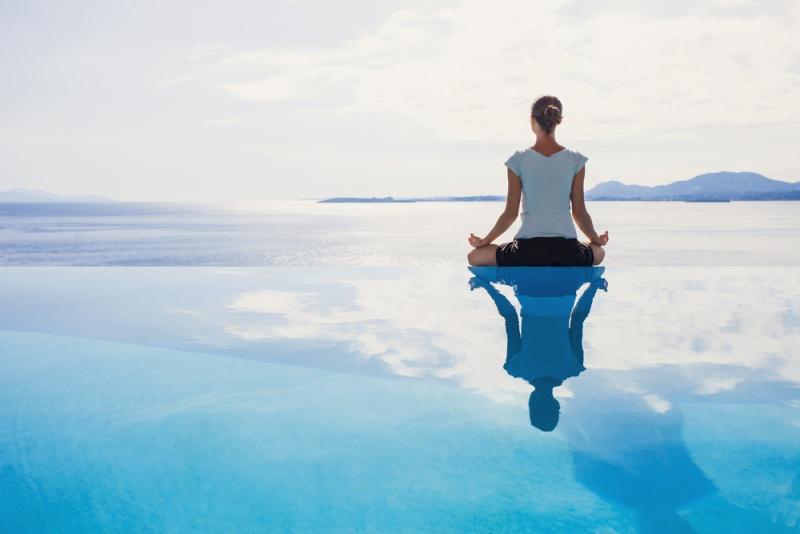 海で瞑想している女性
