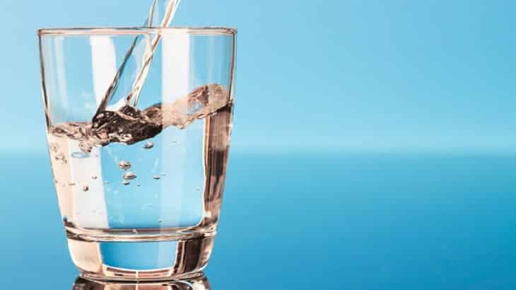 فوائد شرب الماء الساخن على الريق للتخسيس