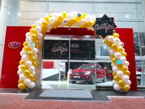 Gold and White Balloon Arch for KIA