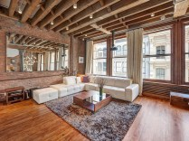 Spacious-living-room-of-the-NYC-Loft-in-wood-and-brick