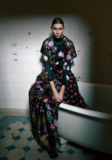 floral pattern mix editorial shot by Hilde van Mas, Styling Sabrina Kusternik | that kind of style