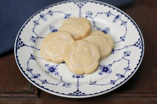 4 Shortbread cookies in the middle of a blue and white plate