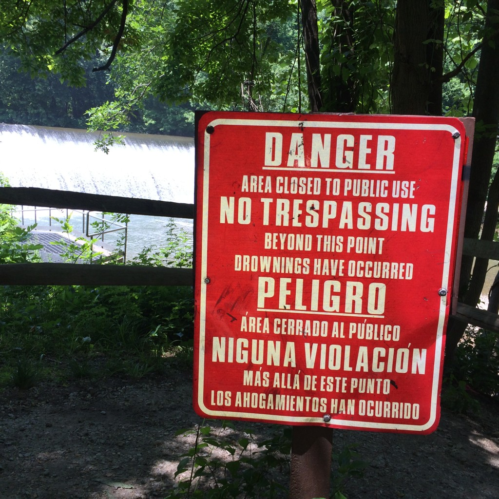 No swimming sign is also posted in Spanish for the Darwin Award applicants who are bi-lingual