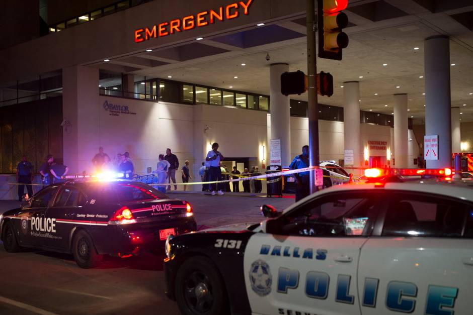 Dallas police gathered outside of Baylor University Hospital emergency room entrance on July 7, 2016 in Dallas, Texas. Ting Shen The Dallas Morning News