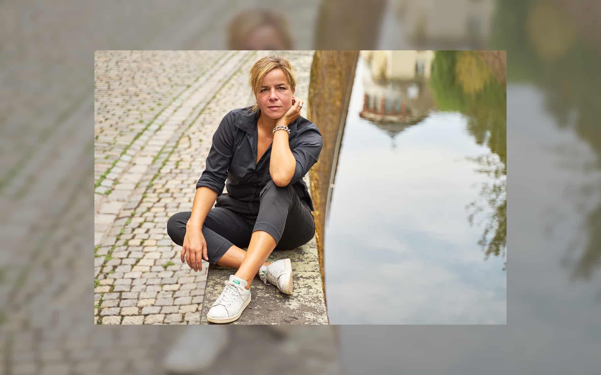 Mona Neubaur mit Schlossturm, eine Wahl-Düsseldorferin aus Liebe