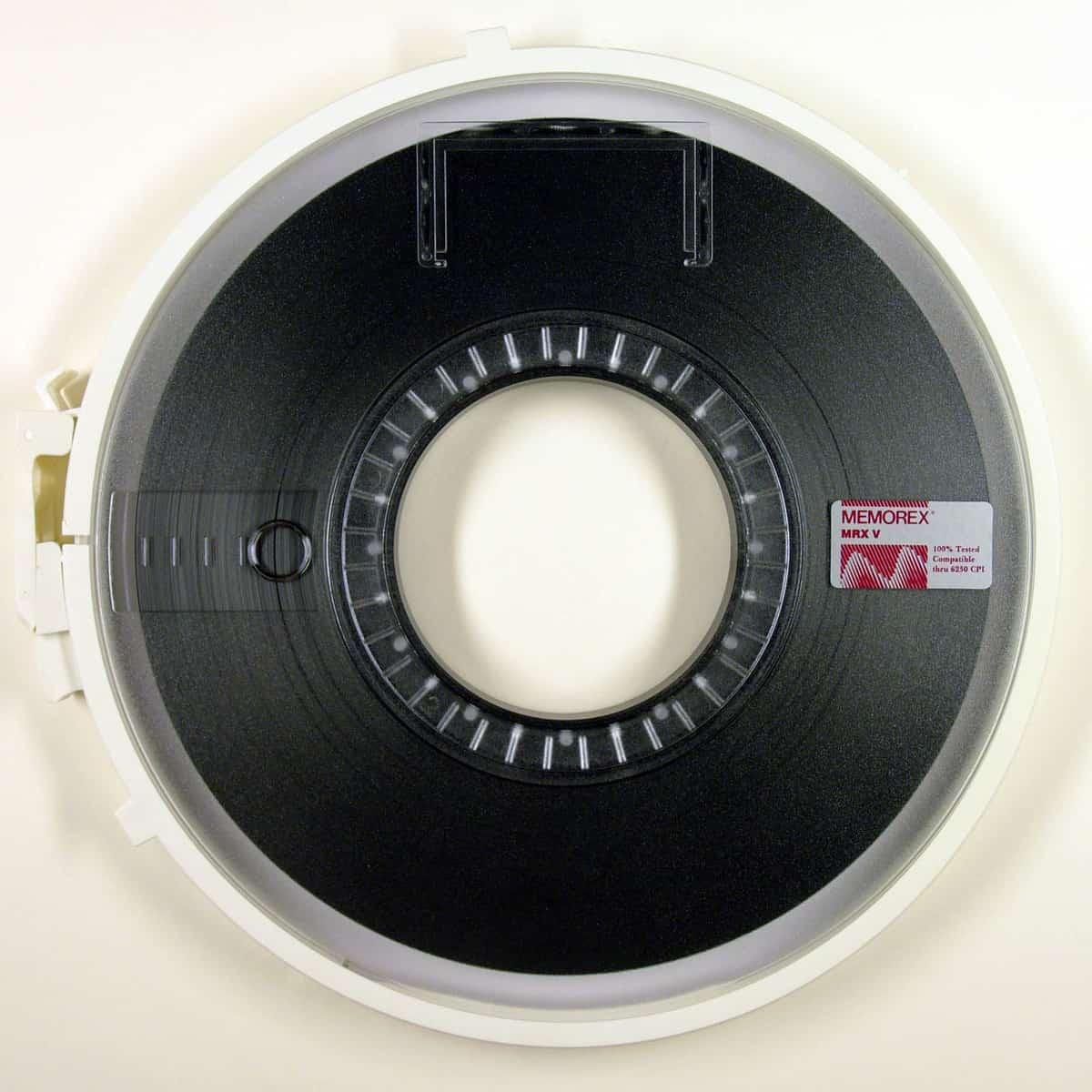Magnetbänder, Ausdrucke, Pakete (Foto: Wikimedia - siehe Bildnachweis)