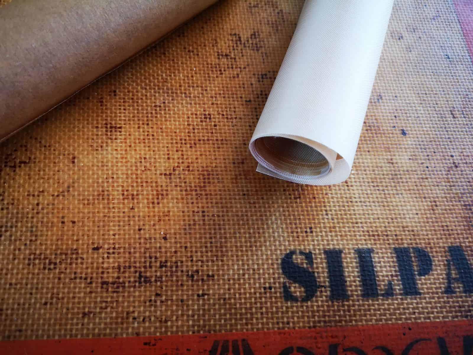 Teflon-Backpapier und Silikonmatte als Alternative