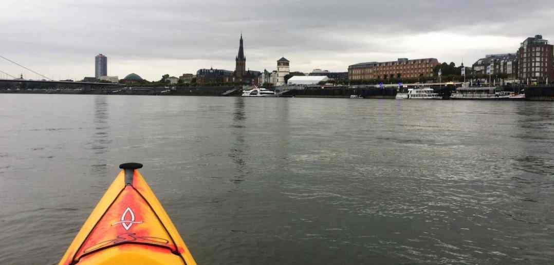 St. Lambertus und Paddeln auf dem Rhein: Schlosstum im Regen und bei leichtem Hochwasser (Foto: Konrad Buck)