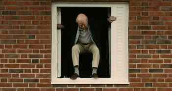 """Der Sprung aus dem Transferfenster (Foto: Trailer """"Der Hundertjährige der aus dem Fenster stieg und verschwand)"""