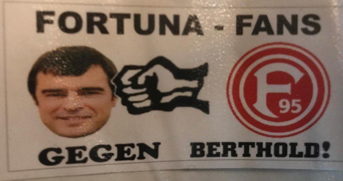 Mit diesem Aufkleber feierten die Fortuna-Fans den Praktikanten (Foto: TD)
