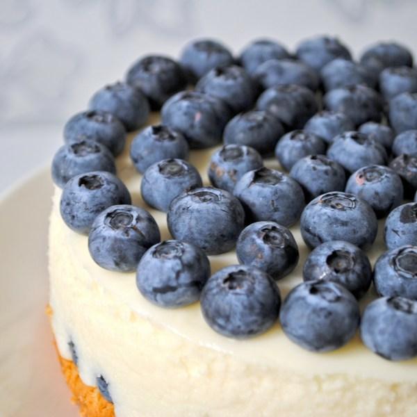 Veganer Blaubeerkuchen mit veganer Vanillecreme – einfach köstlich.