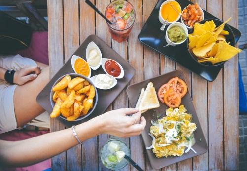 Gesund essen, wenn der Figurkiller Mitbewohner Fast Food schlemmt