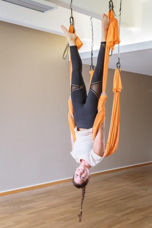 Ein bisschen Kraft in den Armen schadet aber auch beim Aerial Yoga nicht