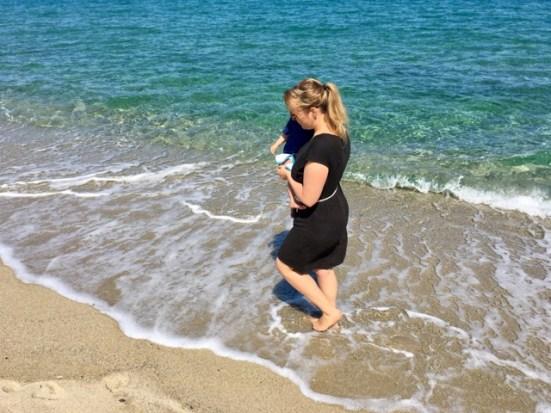 Strandspaziergänge mit Kind auf dem Arm - so bleibe ich fit auf Sardinien