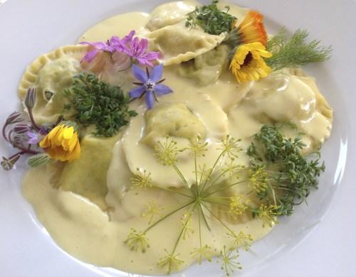 """Mit cremiger """"Sahne""""-Soße und Blumendeko schmecken die veganen Teigtaschen besonder gut"""