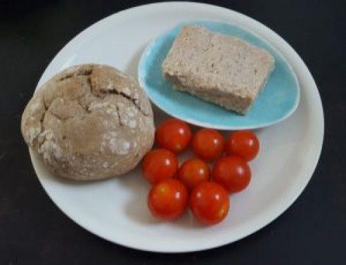 Veganer Feta in rechteckiger Form - dazu frische Tomaten, Olivenöl und Brot