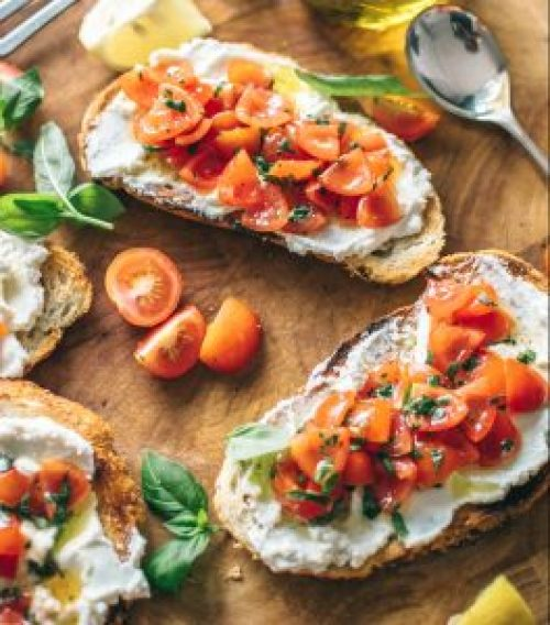 Veganer Ricotta mit Tomaten auf Brot