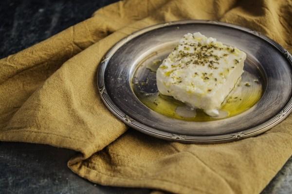 Veganer Feta mit Olivenöl und Kräutern - ein echter Genuss.