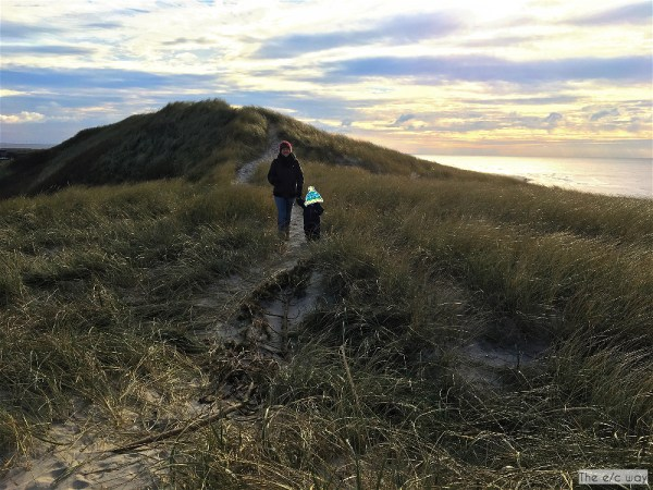 Ein Spaziergang auf den Dünen hält fit an der Nordsee in Dänemark