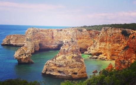 Traumhaft schön, aber tagsüber auch sehr voll: Praia da Marinah an der Algarve in Portugal