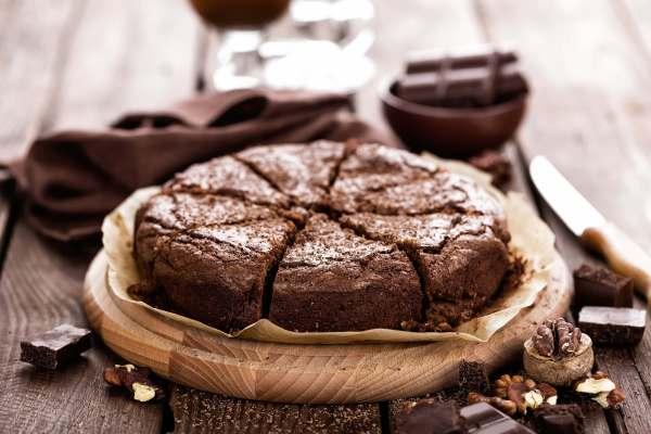 Veganer Schokoladenkuchen mit Kischen und Nüssen