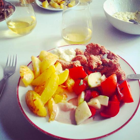 Vegane Austernpilz-Nuggets mit Kartoffel-Wedges und griechischem Salat und Dip