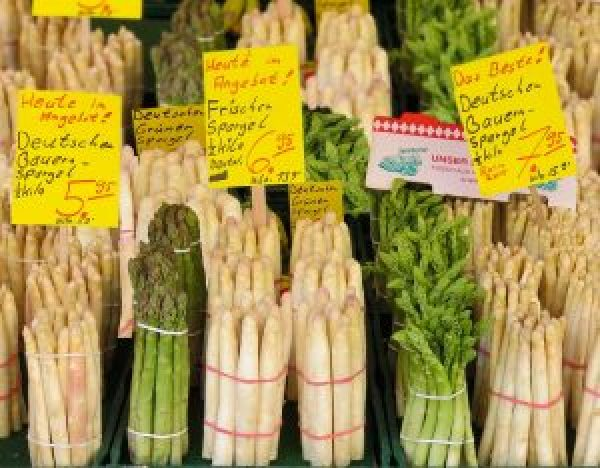 Grüner und weißer Spargel für vegane Spargel-Lasagne