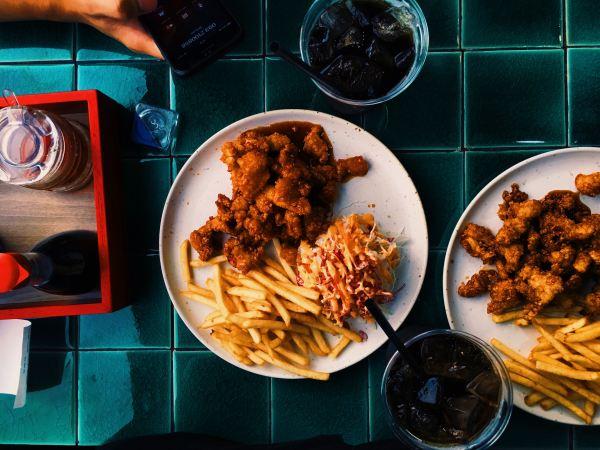 Fast Food Deluxe: Vegane Austernpilz Nuggets mit Pommes & Coleslaw (Krautsalat)