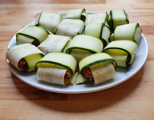 Gefüllte Zucchini-Päckchen mit veganer Hackflüllung fertig gerollt und bereit zum Anbraten