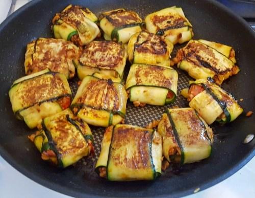 Gefüllte Zucchini-Päckchen mit veganer Hackflüllung