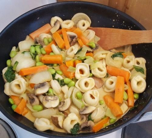 Asiatisch angehauchte vegane Tortellini-Pfanne