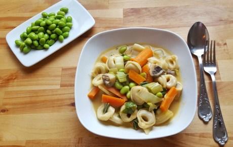 Vegane Tortellini-Pfanne mit Kokosmilch-Curry-Soße