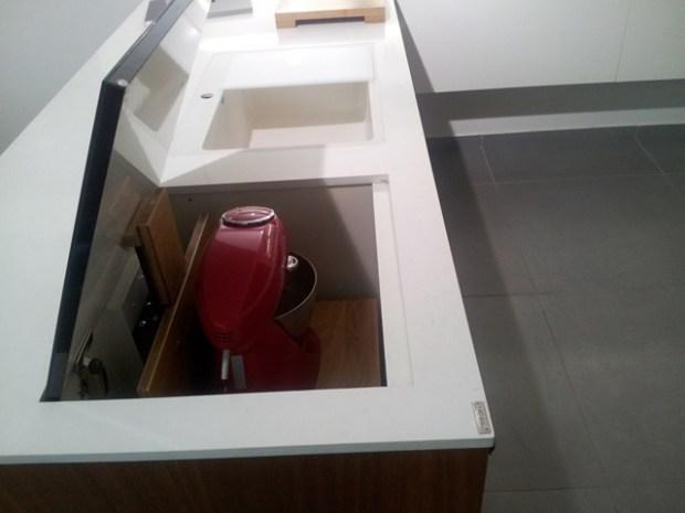 מדף אלקטרוני המתרומם מארון המטבח. צילום ניר עצמון