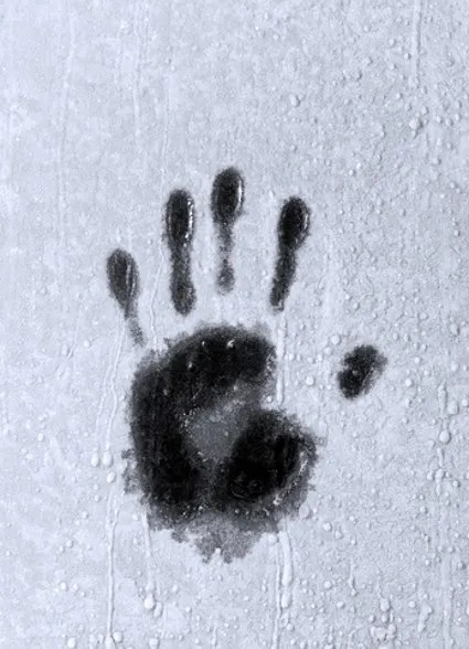 Hand print on icy window © Anest | Dreamstime.com