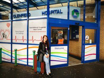 Sofia Robellini all'entrata dell'ospedale di Leicester