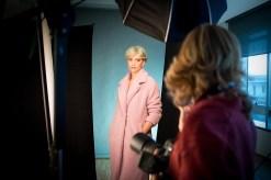 Marianna Santoni in studio guida la modella