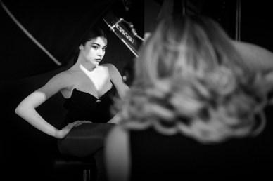 La fotografa Marianna Santoni in una immagine di backstage con modella