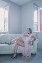 Monica Bartolucci posa con un vestito elegante con un vestito rosa
