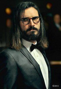 Ritratto di Paul Pedana con i capelli lunghi e occhiali