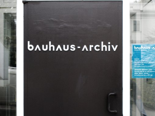 Ingresso dell'edificio del Bauhaus a Berlino, oggi museo e archivio