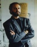 Gianni Versace a braccia conserte fotografato da Maria Mulas