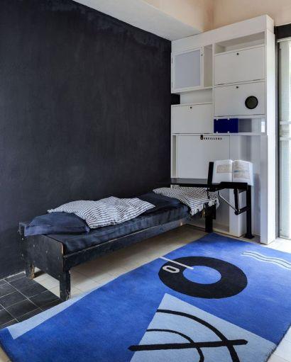 Il tappeto Blue Marine Rug e il comodino con braccio estensibile sono fatti su misura per la casa.