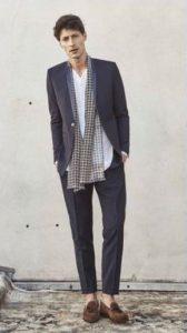μπλε ανδρικό κουστούμι άσπρο tshirt καρό κασκόλ