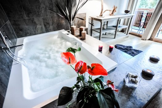 Bedroom with Jacuzzi at the Crans Luxury Lodges