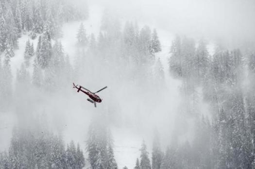 Helicopter searching the Spaniards caught in an avalanche. Photo EFE. Three Spaniard Skiers have died and two others are injured in Switzerland after an avalanche.