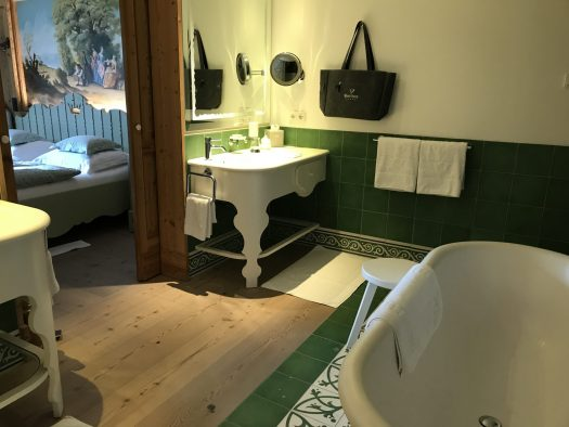 The bathroom with the green tiles at the Jäger Room. Gasthof Post Lech.